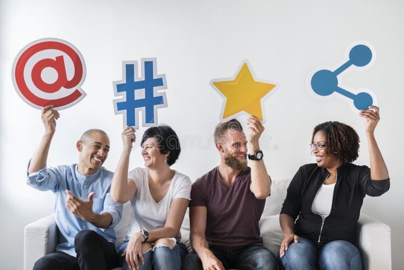 Mensen die een sociaal media pictogram houden stock fotografie