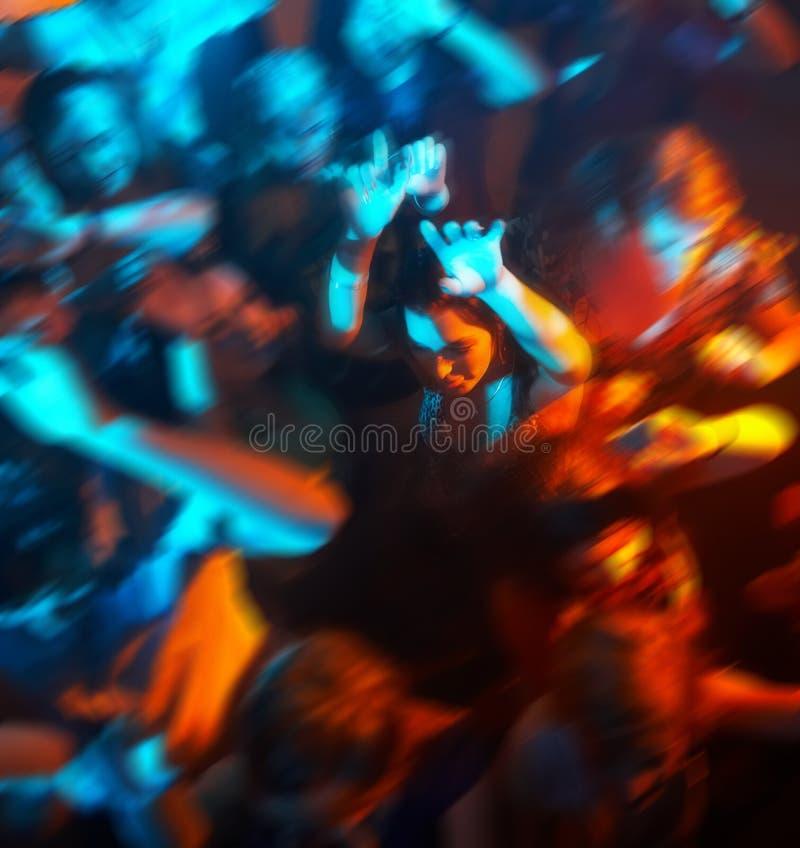 Mensen die in een staaf of een nachtclub bij een partij dansen stock afbeelding