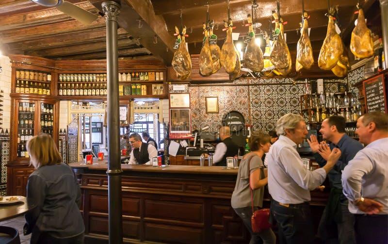 Mensen die en bij barteller spreken drinken met houten uitstekende decoratie royalty-vrije stock foto