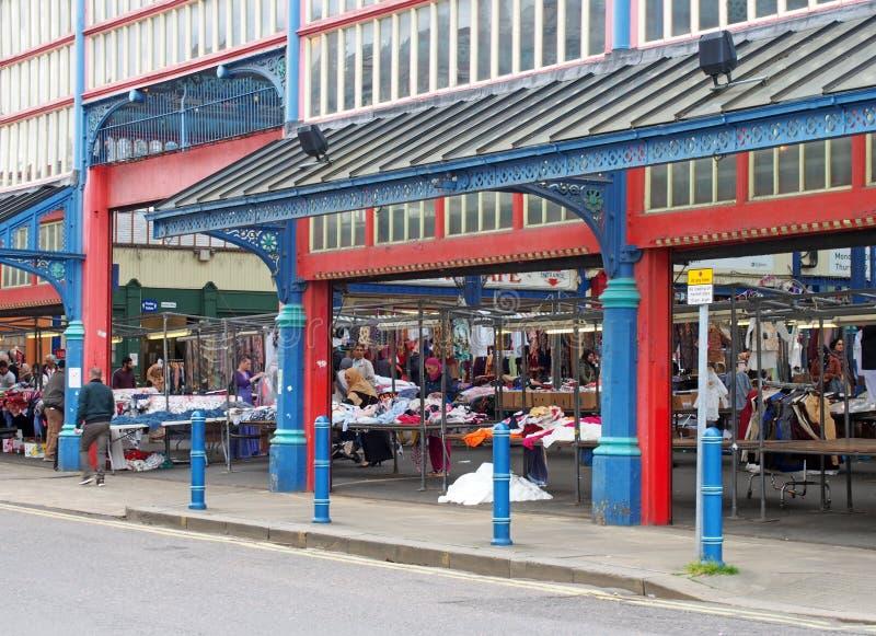 mensen die en bij boxen in huddersfieldmarkt lopen winkelen in West-Yorkshire royalty-vrije stock afbeeldingen