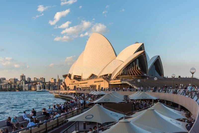Mensen die en bij de Operabar eten drinken naast Sydney Opera House royalty-vrije stock afbeeldingen