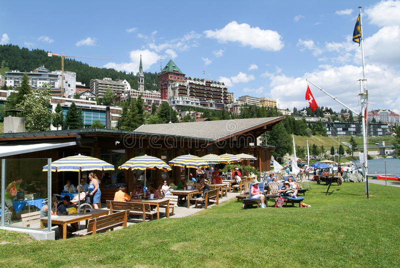 Mensen die en bij een restaurant bij St Moritz eten zonnebaden royalty-vrije stock foto
