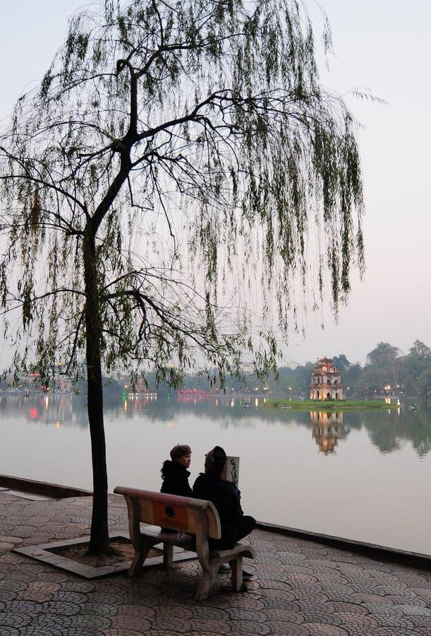 Mensen die en bij het park in Hanoi, Vietnam zitten babbelen stock afbeeldingen