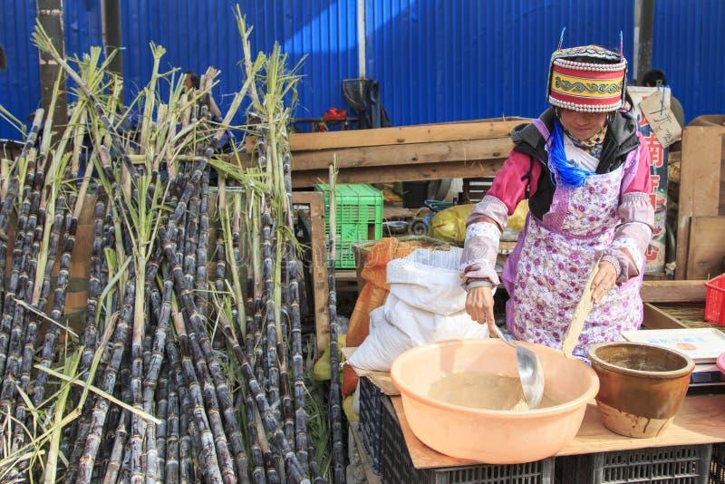 Mensen die en een traditionele markt in het centrum van Kunming verkopen inkopen royalty-vrije stock foto