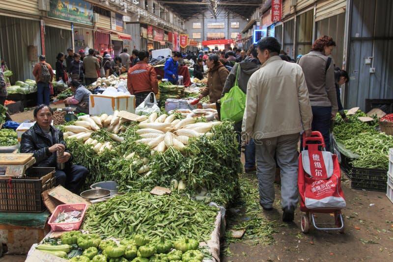 Mensen die en een traditionele markt in het centrum van Kunming verkopen inkopen royalty-vrije stock afbeeldingen