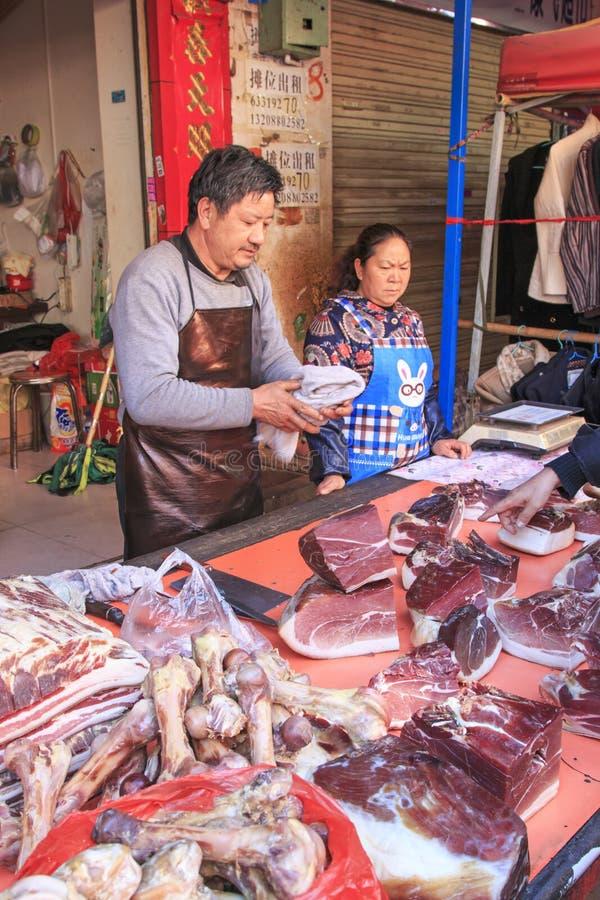 Mensen die en een traditionele markt in het centrum van Kunming verkopen inkopen stock afbeelding