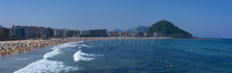 Mensen die en op Zurriola-strand, stad baden zonnebaden van San Sebastian royalty-vrije stock afbeeldingen