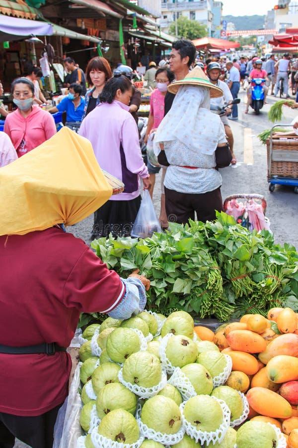 Mensen die en voedsel in een traditioneel fruit en een plantaardige markt van Taiwan verkopen kopen royalty-vrije stock afbeeldingen