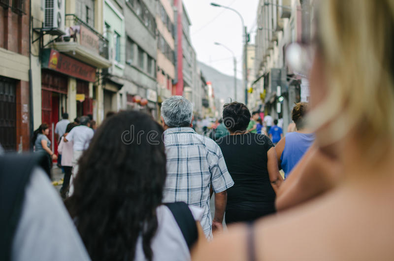 Mensen die erachter lopen van stock foto