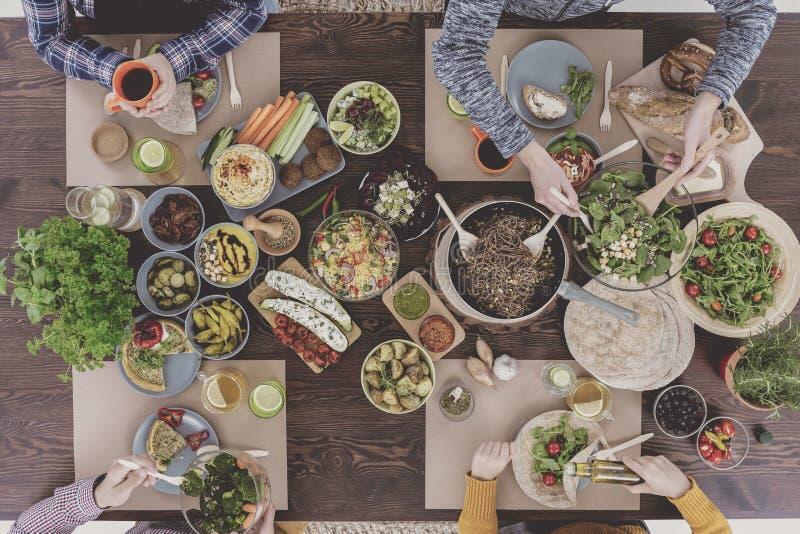 Mensen die gezonde maaltijd eten stock afbeelding