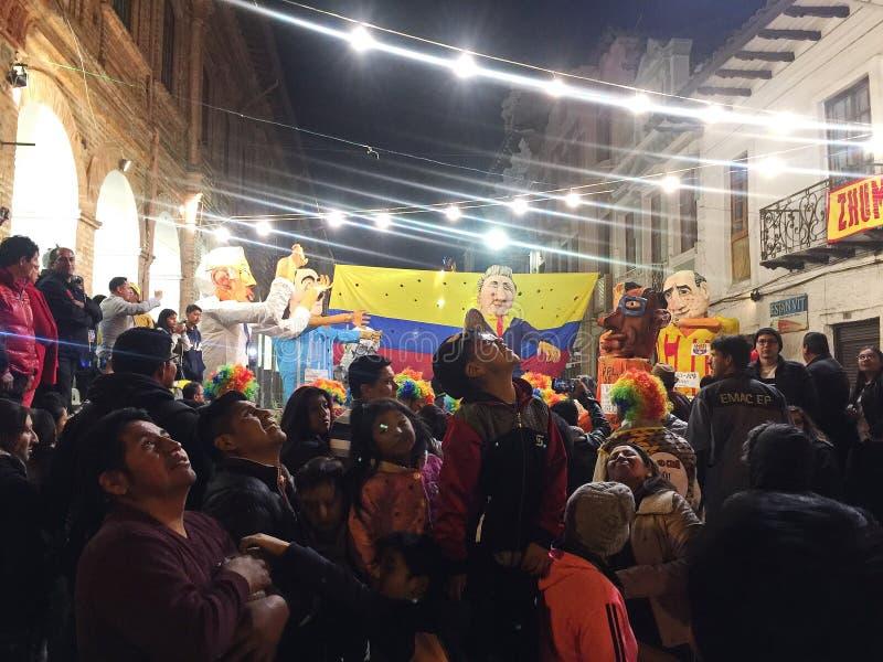 Mensen die Gigantische Beeltenissen in Cuenca Ecuador op Nieuwjarenvooravond bekijken stock afbeelding