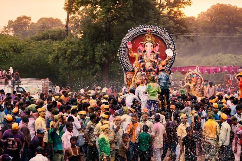 Mensen die Godsidool Ganesh voor Onderdompeling vervoeren royalty-vrije stock afbeeldingen
