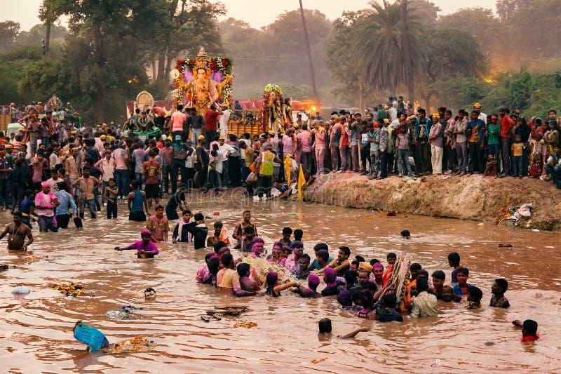 Mensen die Godsidool Ganesh voor Onderdompeling vervoeren royalty-vrije stock fotografie