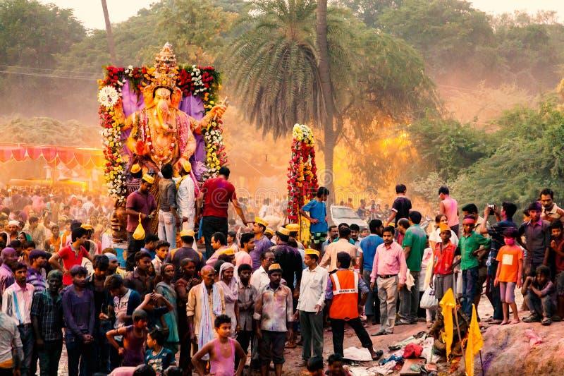 Mensen die Godsidool Ganesh voor Onderdompeling vervoeren royalty-vrije stock afbeelding