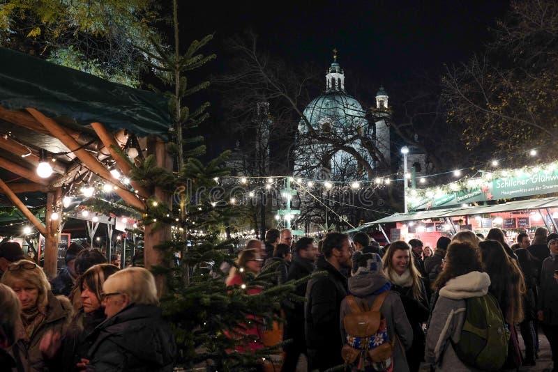 Mensen die goede tijd hebben bij Karlsplatz-Kerstmismarkt royalty-vrije stock foto