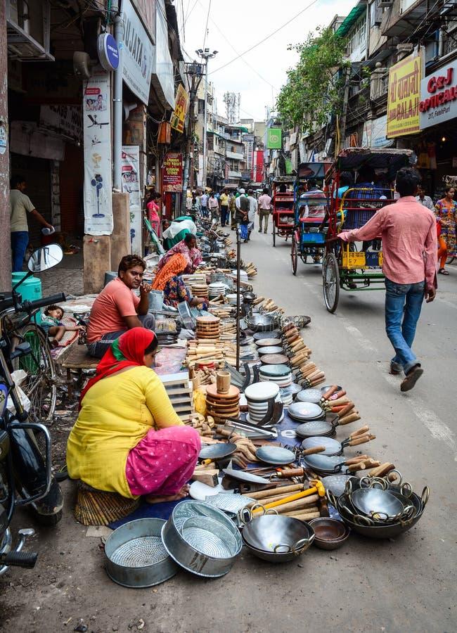 Mensen die goederen op straat in Delhi, India verkopen royalty-vrije stock foto