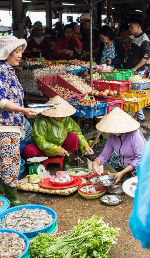 Mensen die goederen verkopen bij markt in Hoi An, Vietnam royalty-vrije stock foto