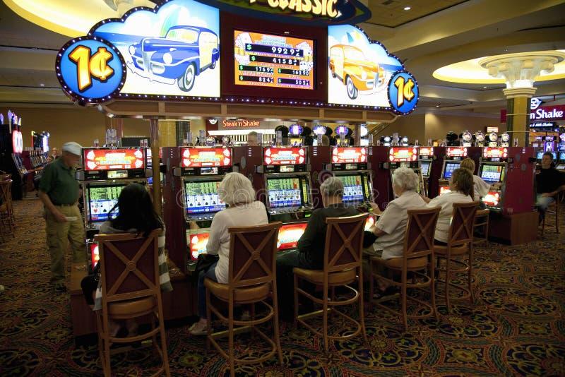 Mensen die gokautomaten spelen stock afbeelding