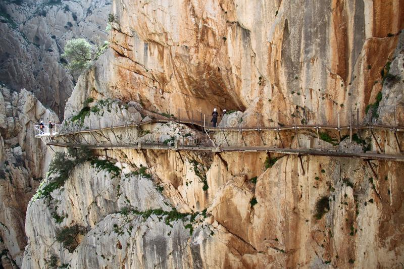 Mensen die Gr Caminito del Rey The King ` s lopen Weinig Weg dichtbij Malage in Spanje royalty-vrije stock afbeelding