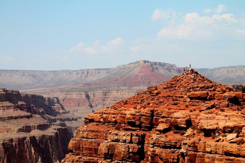 Mensen die Grand Canyon vanuit een rotsachtig gezichtspunt overzien royalty-vrije stock foto