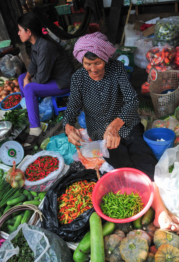 Mensen die groenten en vruchten verkopen bij markt in Kep, Kambodja stock foto's