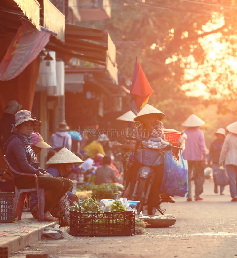 Mensen die groenten verkopen bij Hoi An-markt royalty-vrije stock afbeelding
