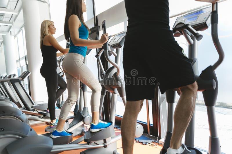 Mensen die in gymnastiek opleiden stock afbeelding