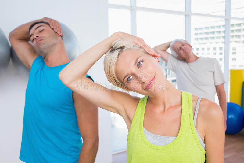 Mensen die halsoefening in geschiktheidsclub doen royalty-vrije stock afbeelding