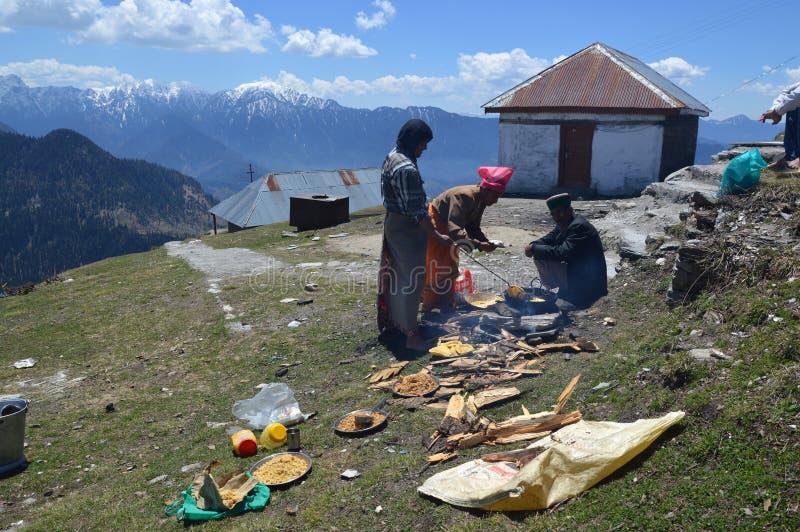 Mensen die halwa-puri op helling voorbereiden stock fotografie