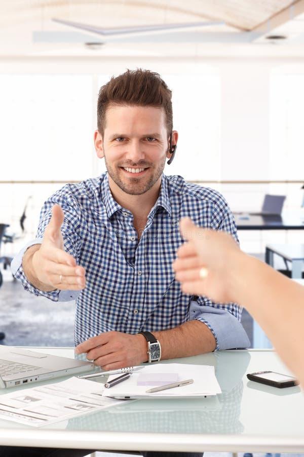 Mensen die hand schudden een bureau royalty-vrije stock afbeelding