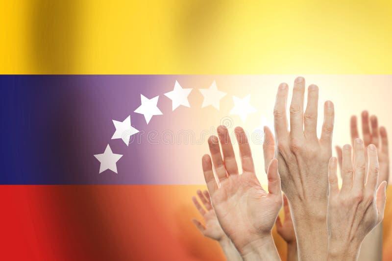 Mensen die handen en vlag Venezuela op achtergrond opheffen Patriottisch concept stock illustratie