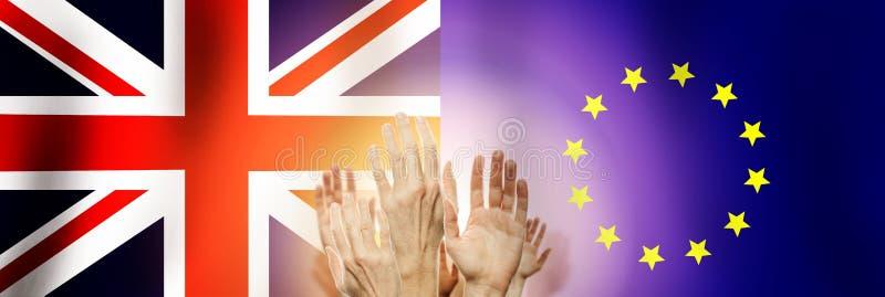Mensen die handen op vlag het Verenigd Koninkrijk en Unie de achtergrond van Europa opheffen Brexitconcept royalty-vrije stock afbeeldingen