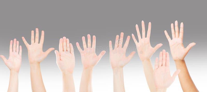 Mensen die handen voor participatie omhoog opheffen, de handen van vele mensen Groepswerk en de concurrentieconcept royalty-vrije stock fotografie