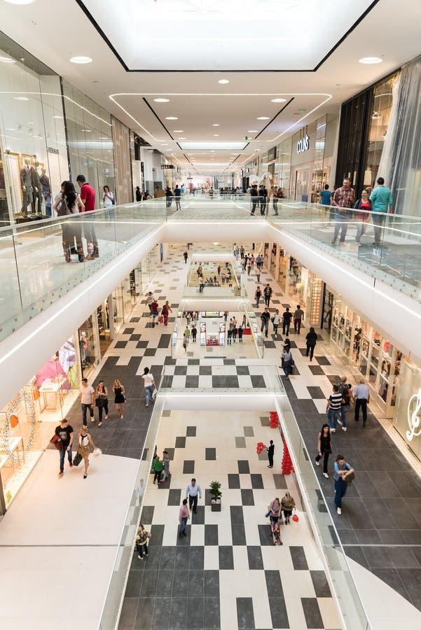 Download Mensen Die In Het Binnenland Van Het Luxewinkelcomplex Winkelen Redactionele Fotografie - Afbeelding bestaande uit luxe, kleding: 54078397