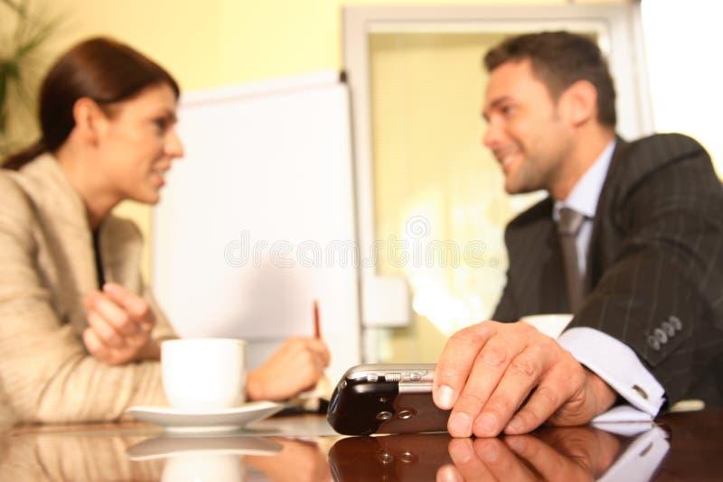 mensen die in het bureau spreken stock afbeeldingen