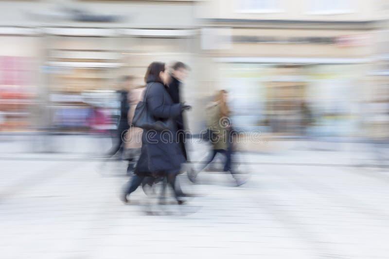 Mensen die, het gelukkige winkelen, motieonduidelijk beeld lopen stock foto's