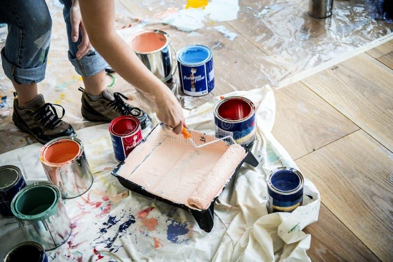 Mensen die het huismuurschilderij vernieuwen stock foto