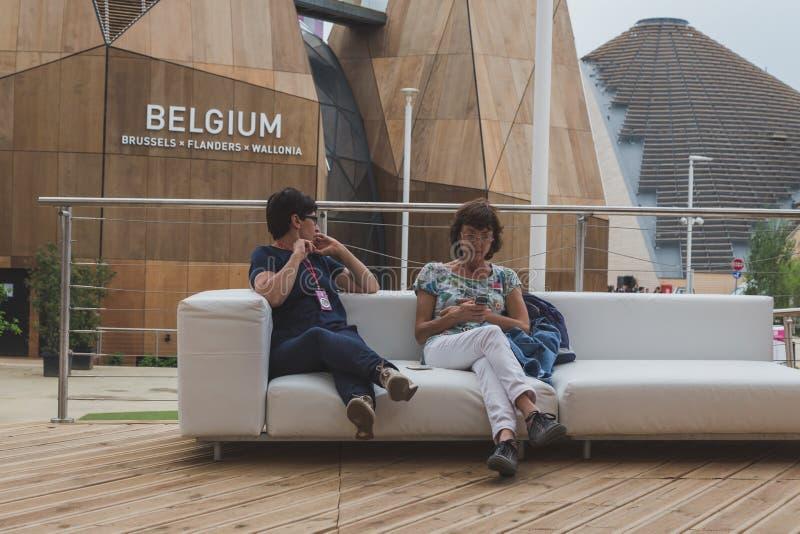 Mensen die het paviljoen van België bezoeken in Expo 2105 in Milaan, Italië royalty-vrije stock fotografie