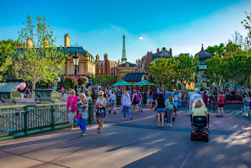 Mensen die in het Paviljoengebied van Frankrijk en hoogste mening van de Toren van Eiffel in Epcot in Walt Disney World lopen stock foto's