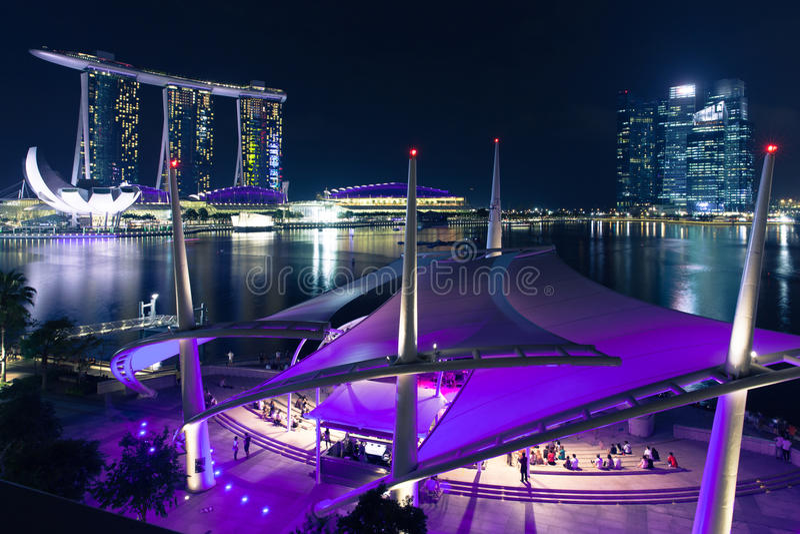 Mensen die het vrije avondoverleg, Singapore luisteren stock foto