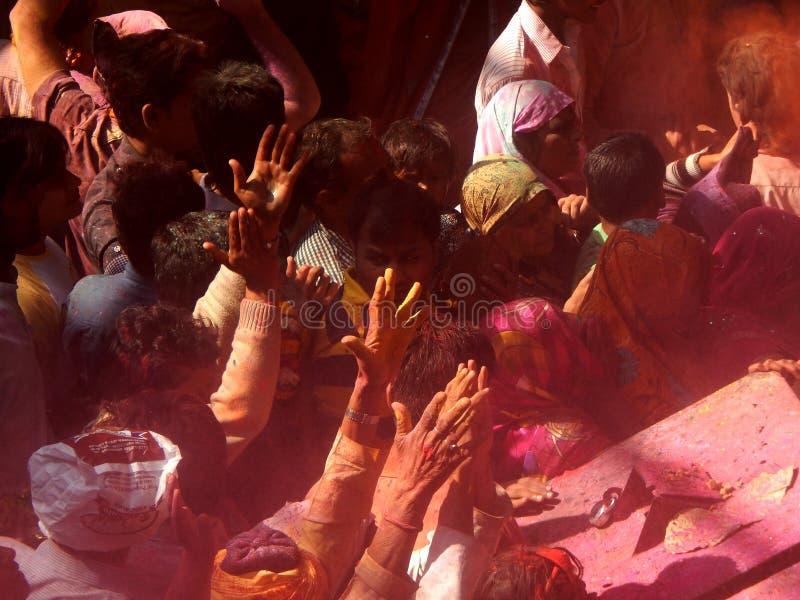 Mensen die holi vieren het festival van kleuren binnen een tempel, stock foto