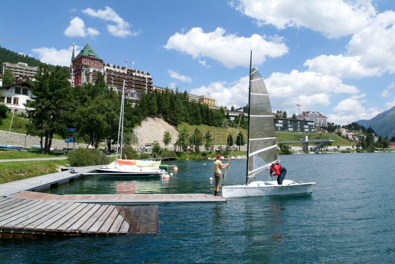 Mensen die hun zeilboot voorbereiden bij St Moritz royalty-vrije stock afbeeldingen
