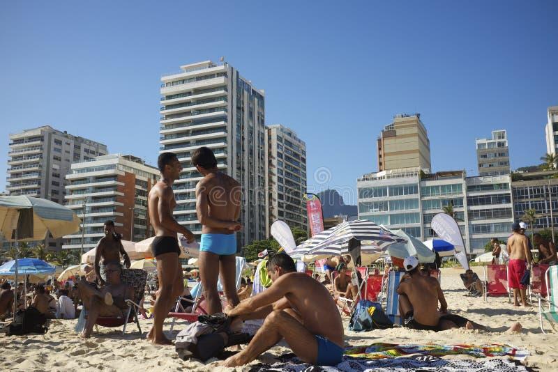 Mensen die Ipanema-Strand Rio de Janeiro Brazil socialiseren stock afbeelding