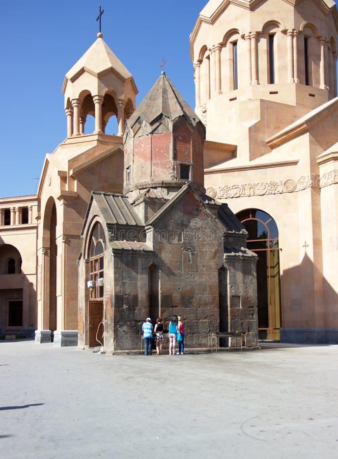 Mensen die kaarsen buiten Katoghike-kerk, Yerevan, Armenië aansteken stock foto's