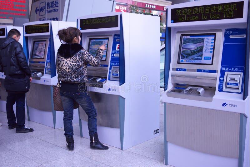 Mensen die kaartjes automatische machine kopen stock afbeeldingen