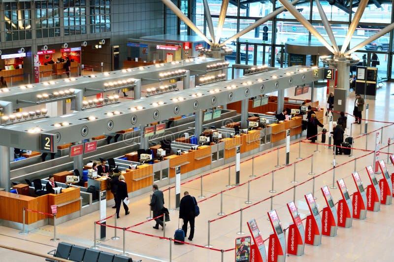 Mensen die kaartjes in de Luchthaven van Hamburg International kopen royalty-vrije stock foto's