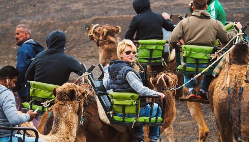 Mensen die kamelen berijden royalty-vrije stock fotografie