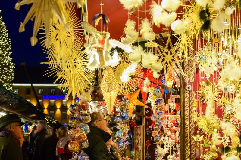 Mensen die Kerstmisdecoratie bekijken in de markt van München stock fotografie