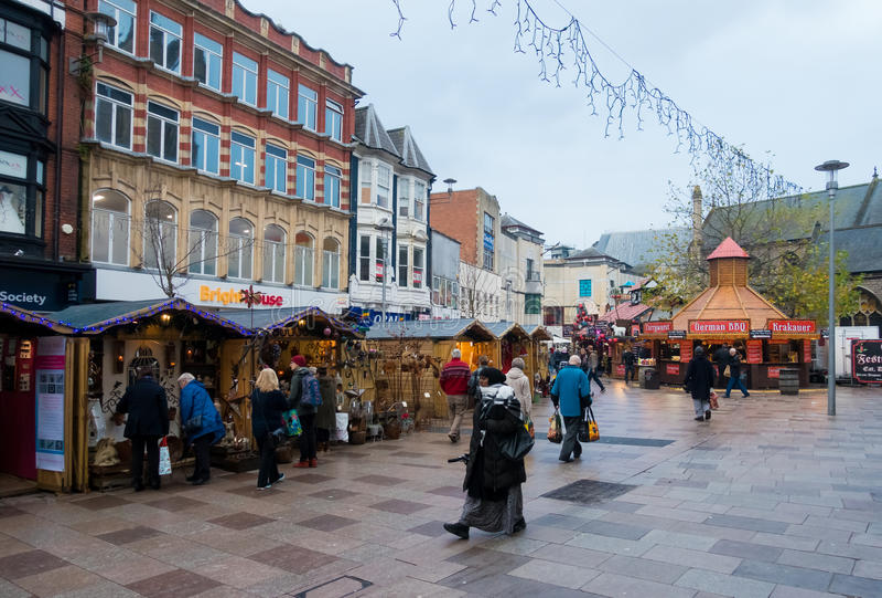 Mensen die Kerstmismarkt in Cardiff bezoeken royalty-vrije stock afbeeldingen