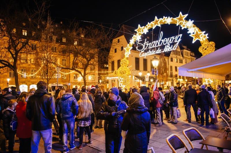 Mensen die Kerstmismarkt van het neonteken, Captial DE noel bewonderen, royalty-vrije stock fotografie